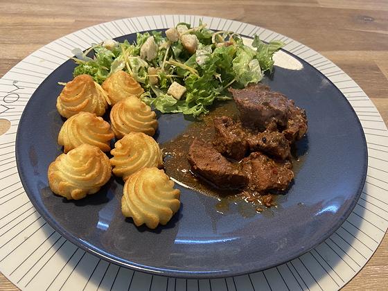 Salade met Boeuf Stroganoff en Pommes Duchesse