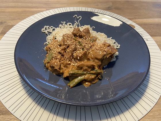 Noodles met Sugarsnaps en Vegetarische Kipstukjes in Pindasaus