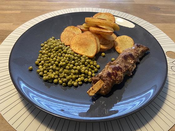 Biefstukspiesjes met Gebakken Aardappelschijfjes en Doperwten