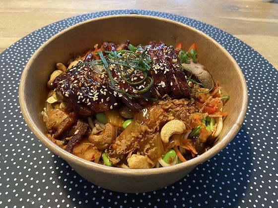 Bezorg-driegangenmenu van Bite Veenendaal noodles salade pekingeend