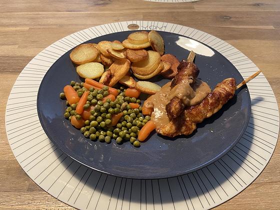 Kipsaté met Aardappelschijfjes en Doperwten