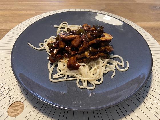 Udon Noodles met Biefstuk, Champignons en Paprika in Betawi-saus