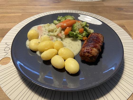 Groente met Gestoomde Aardappeltjes en een Smulrol