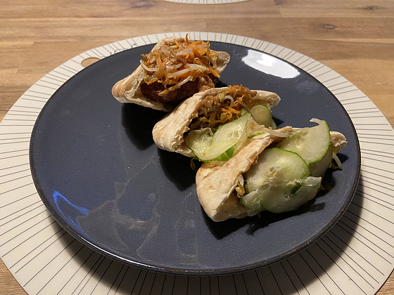 Pitabroodje met Hamburger, Wortel, Taugé, Komkommer en Pindasaus