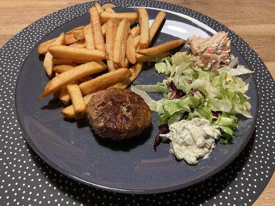 Kalfshamburger met Salade en Friet