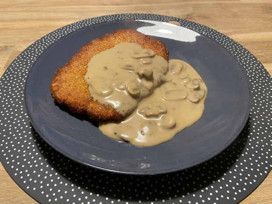 Kipschnitzel met Champignonsaus en Salade