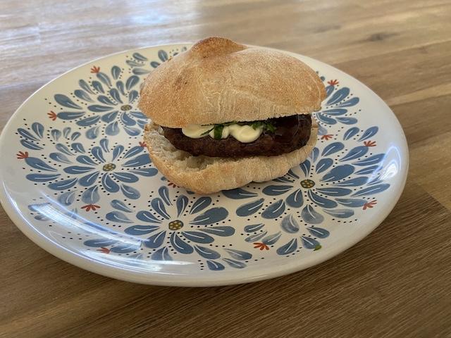 Yoghurtbroodjes met Hamburger en Basilicum-Mayo