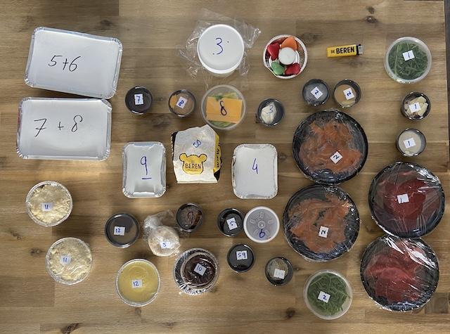 Valentijnsbox van de Beren Veenendaal alle bakjes op tafel