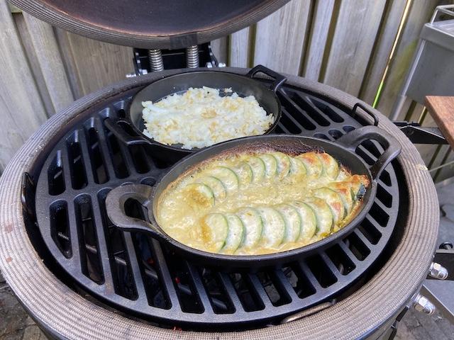 Courgette met Salami, Cheddar Cheese, Mozzarella en Pesto van de BBQ
