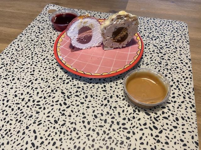 Driegangenmenu van Malle Balle Veenendaal doorgesneden dessertbal hazelnootbal en cheesecake bal