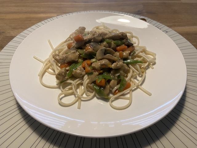 Noodles met Schnitzel met Sugarsnaps, Champignons en Worteltjes