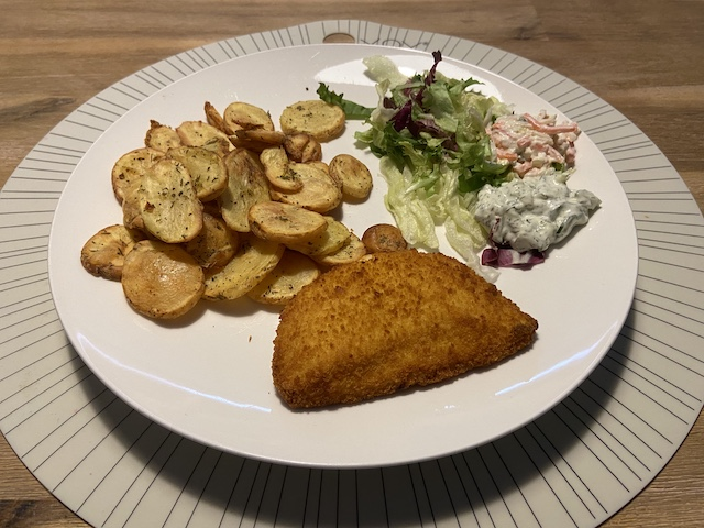 Salade met Kaasschnitzel en Aardappelschijfjes uit de Airfryer